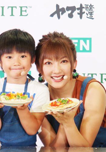 山田まりや親子が野菜トッピングで初共演/国際栄養食品協会