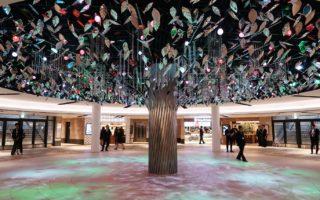 大阪梅田の地下街〝泉の広場〟が一新
